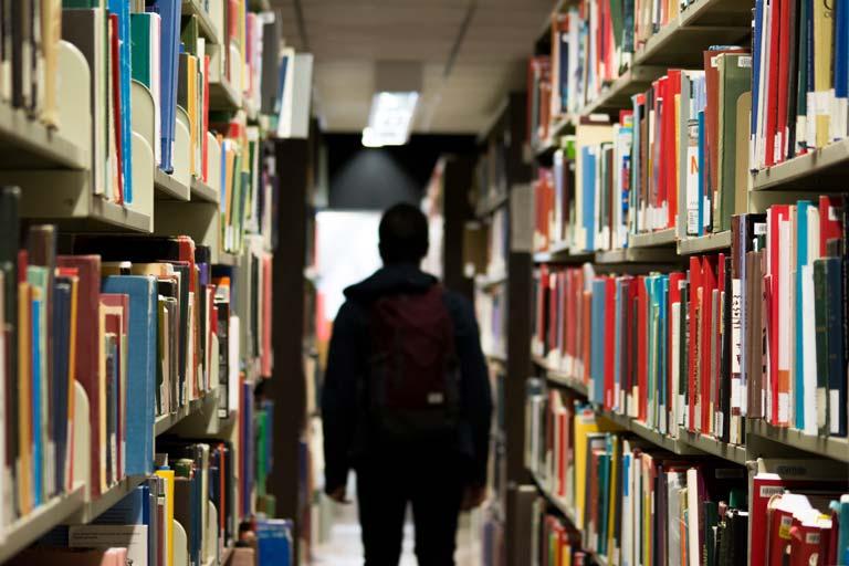 Student in Bibliothek - unbefristeter Aufenthalt
